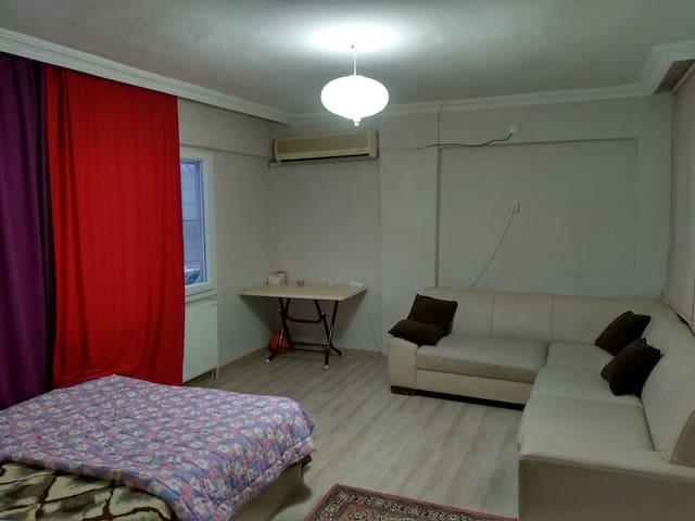 Geniş kiralık oda çift kişilik yatak ve köşetakımı