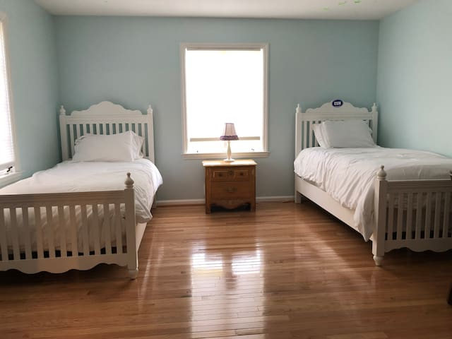Bedroom 4 with two twin beds