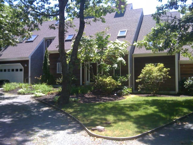 Lovely modern home close to Farm Neck golf course. - Oak Bluffs - Hus