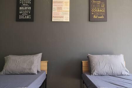 Bro's inn Middle Bedroom