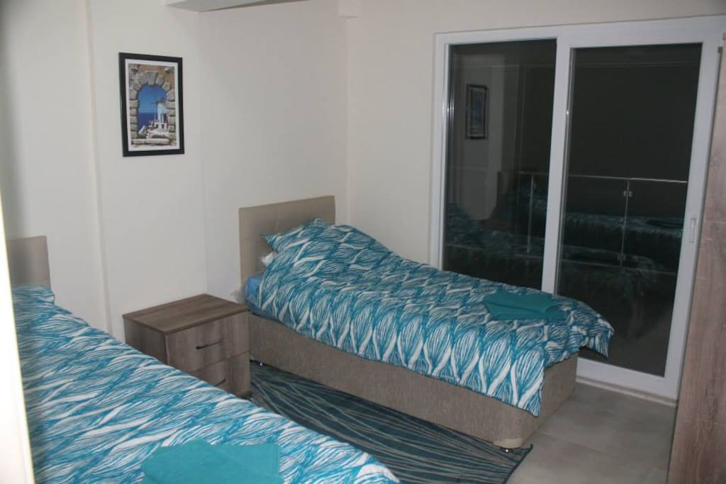 Twin bedroom with access to the balcony