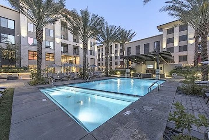 G3➔Urban Apt | Heated Pool | Light Rail | Sleeps 6