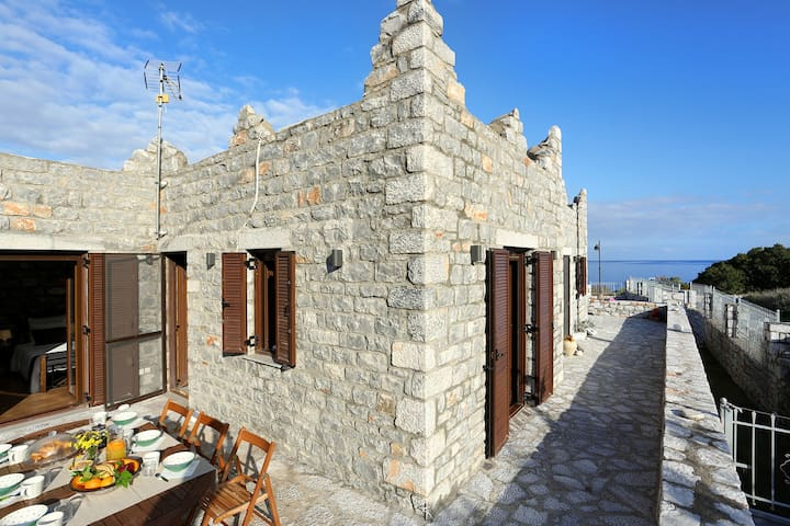 STONE HOUSE IN MANI 100M BEACH