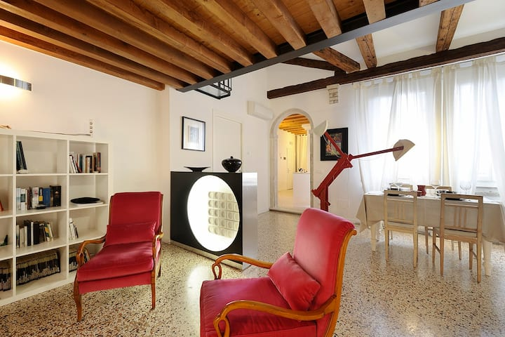 LUXURY TOP FLOOR LOFT OVERLOOKING ARSENALE + WI-FI