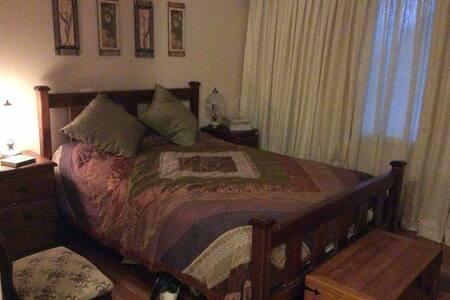 Privet bedroom with own bathroom - Evatt - 단독주택