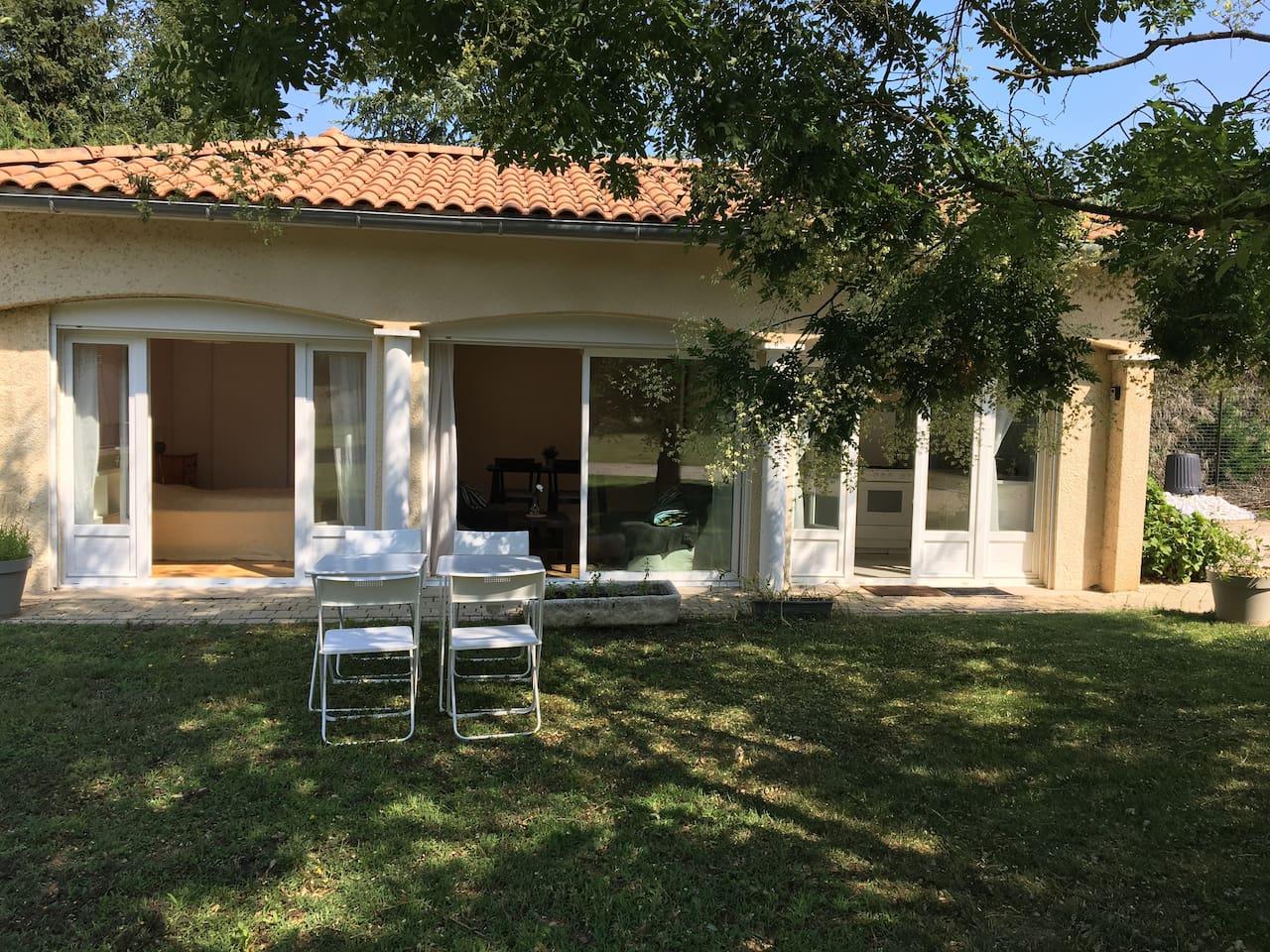Le logement totalement indépendant vu de l'extérieur, accessible de plain pied et avec grandes fenêtres s'ouvrant sur le jardin sans vis à vis