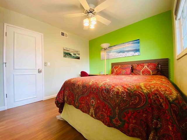 Surf Room- Queen Bed-Close 2 Airport& Beaches & OC
