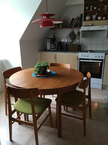 Kök med plats för sex personer, bord med iläggsskivor