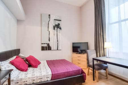 Large studio next to Museum & tube - London