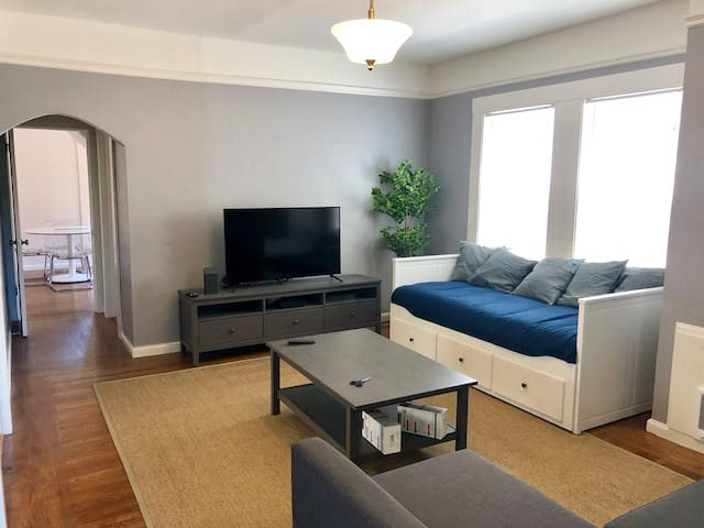 Loft off Broadway min SFO Location Parking Wifi!!