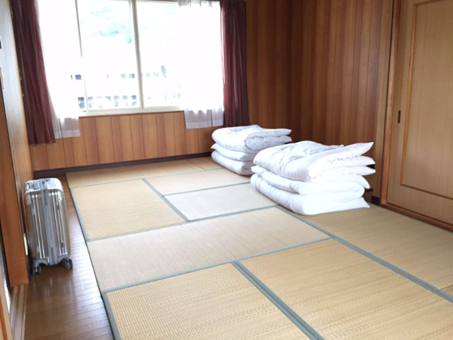 Tatami Bedroom max 4-5 futons available