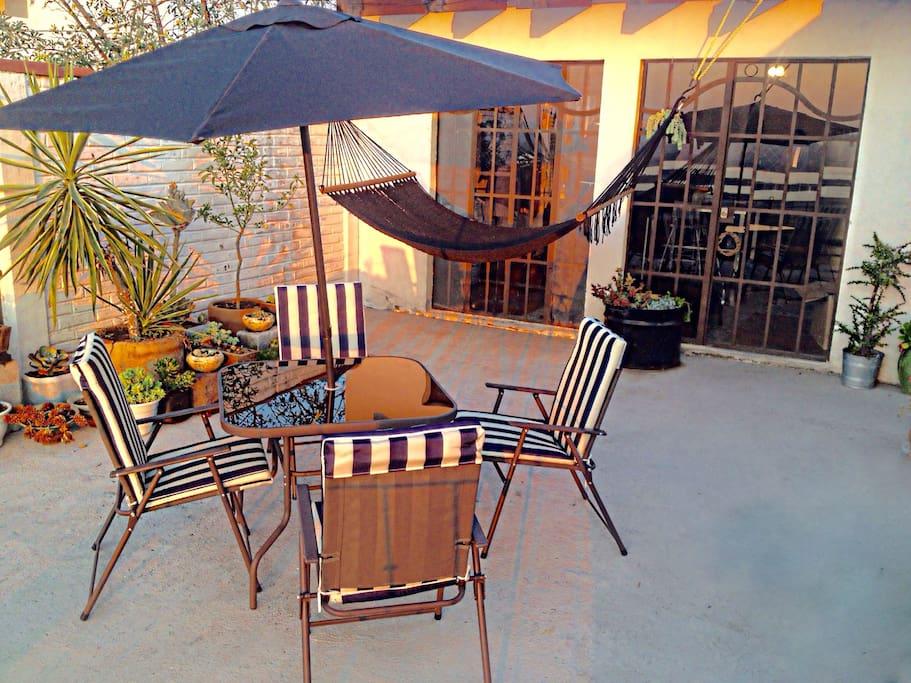 Terraza  con mesa & sombrilla. Hamaca & asador.