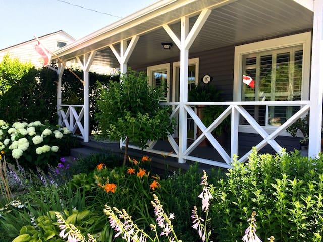 Sun-filled, stylish post-war home - Collingwood - บ้าน