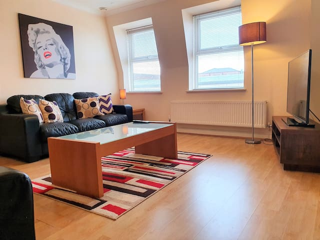 Homely, Bright 2 Bed Apartment in Central Old Town