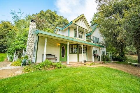Beautiful country farmhouse in heart of Oak Glen!
