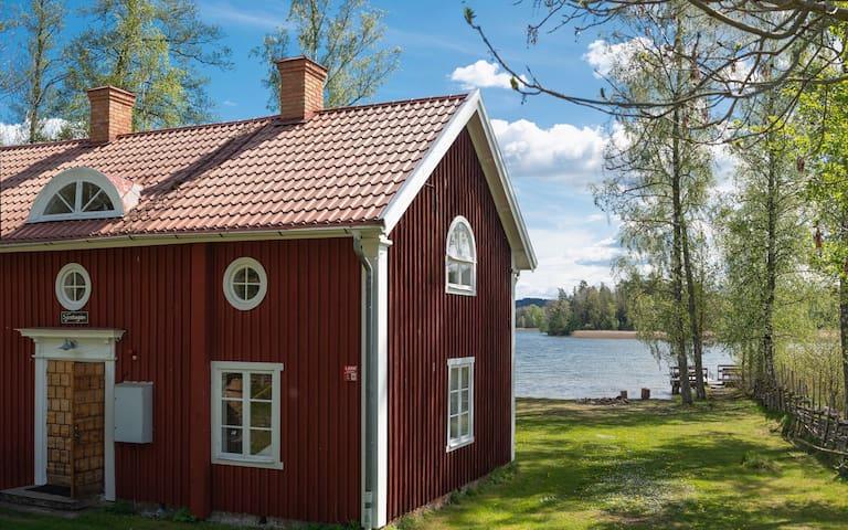 Trähus med sjötomt, 15 minuter från Gränna.