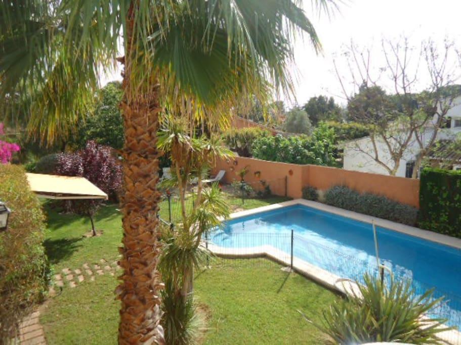 Chalet con piscina vallada y jard n en la eliana casas for Piscina jardin valencia
