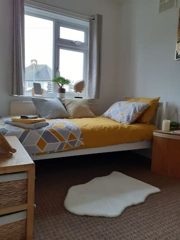 Comfortable bedroom close to City Centre