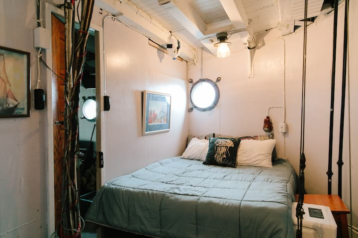 The Brig - Historic Tugboat - Double Berth