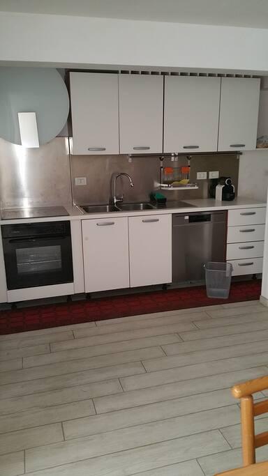 cucina iperaccessoriata piastra a induzione forno elettrico cappa aspirante fortissima niente gas in casa