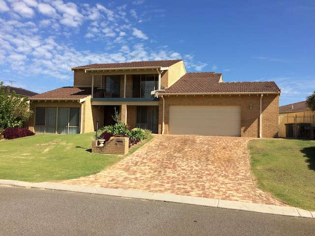 Great family home in perfect park front location! - Balcatta - Casa