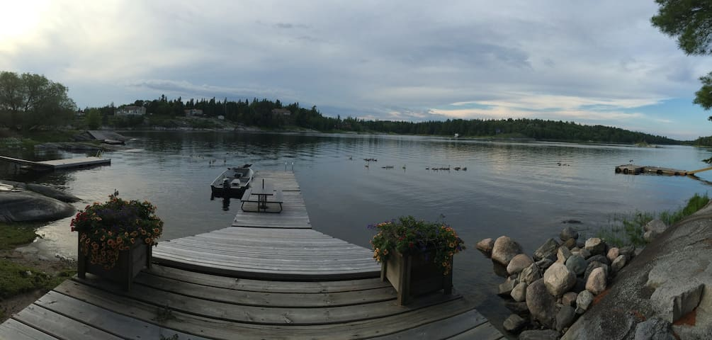 Waterfront 1 bedroom home on the Winnipeg River - Kenora - House