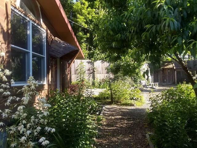 Cozy Room ~ Garden Sanctuary & Unique Artisan Home