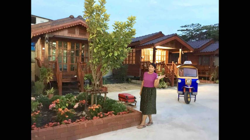 Free Pick up /Thai wooden home 8 mins from BKK A/P