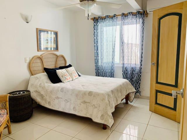 Recámara tres—una cama matrimonial.  Bedroom three—one full-size bed.