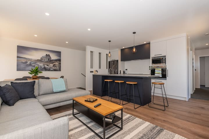 Stylish Townhouse   Fantastic Location with Spa