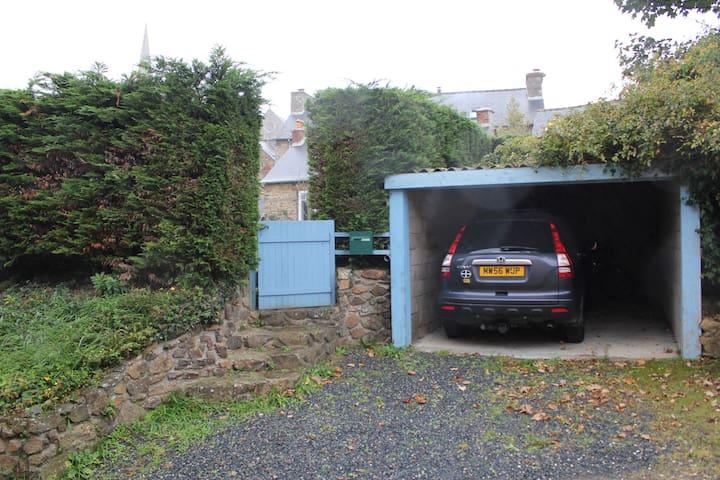 Votre accès par portillon du jardin attenant à l'espace parking couvert Ht : 2.00m