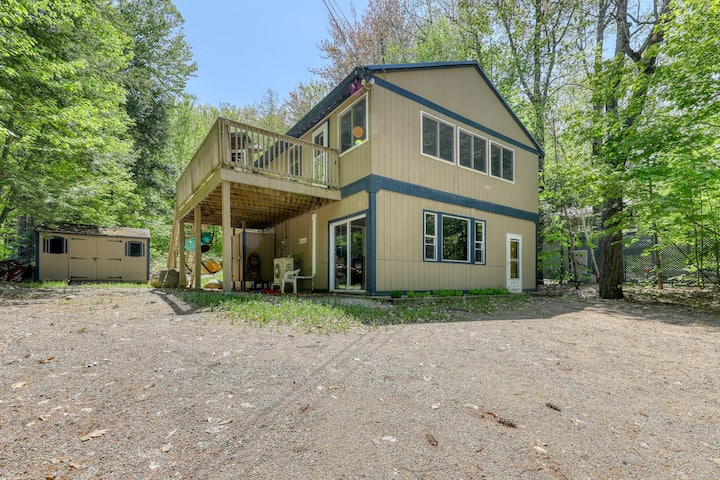 Family-friendly home w/ firepit, across the street from the beach!