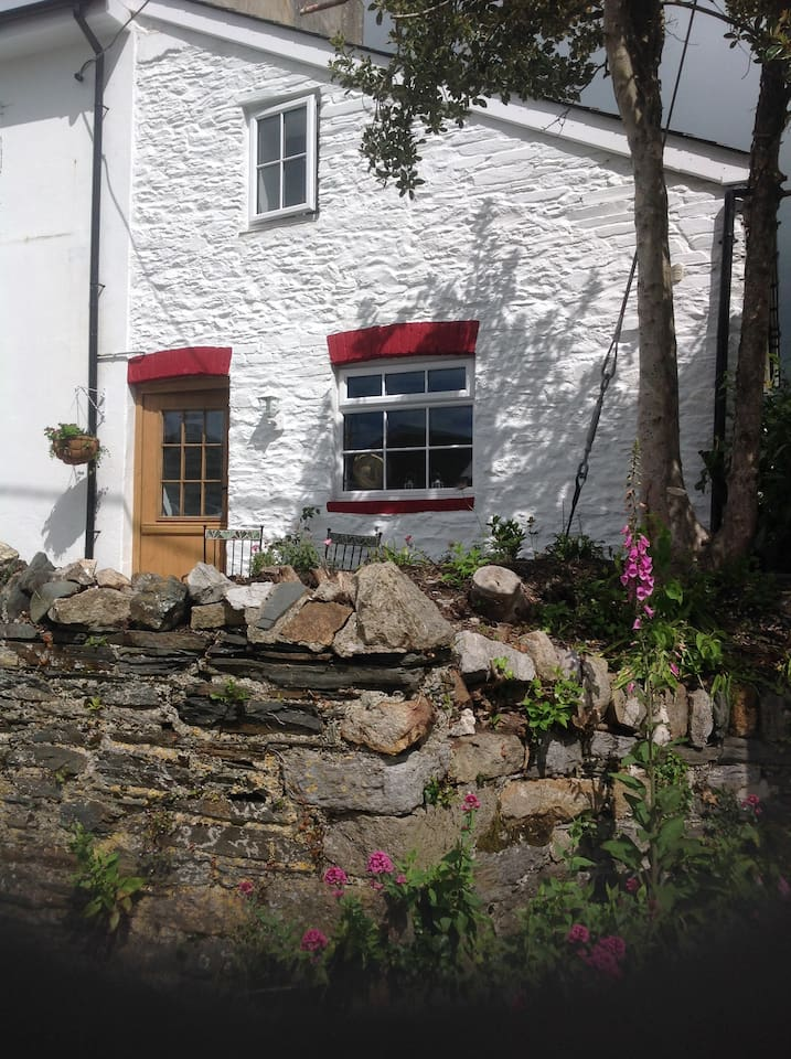Post Office Cottage PL207JL lovely setting in the heart of village.