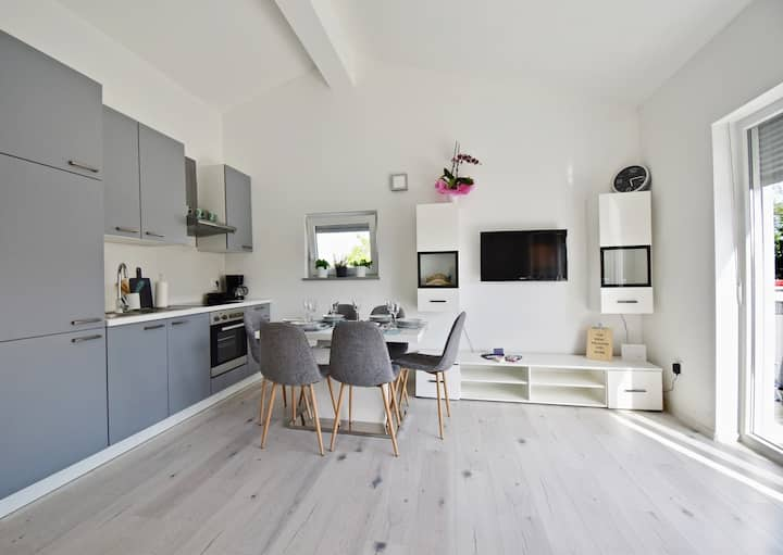 Bright and spacious apartment with grill ***