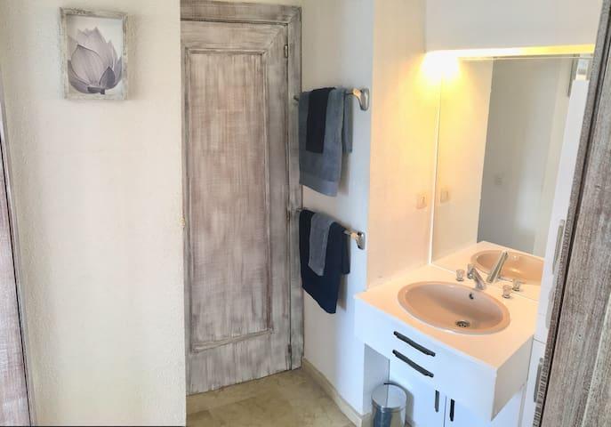 Cabinet de toilettes indépendant avec colonne de rangement sur la droite. Il est accessible de la chambre et de la salle de bain. Idéal pour le laver les dents quand une autre personne prends sa douche dans la salle de bain !