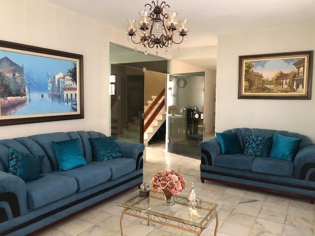 5 quartos (3 suítes) em casa com piscina