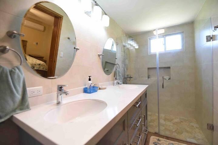 Full bathroom for the 1st bedroom