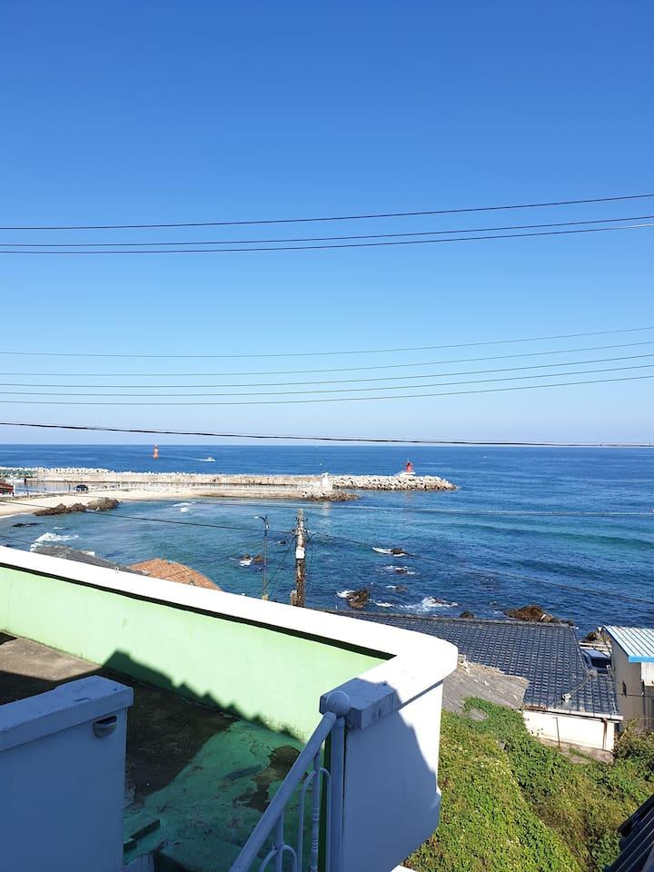 동해 바다가 한눈에 내려다 보이는 송가네 옥탑방