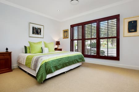 Spacious, Dble bedroom with ensuite - Mona Vale