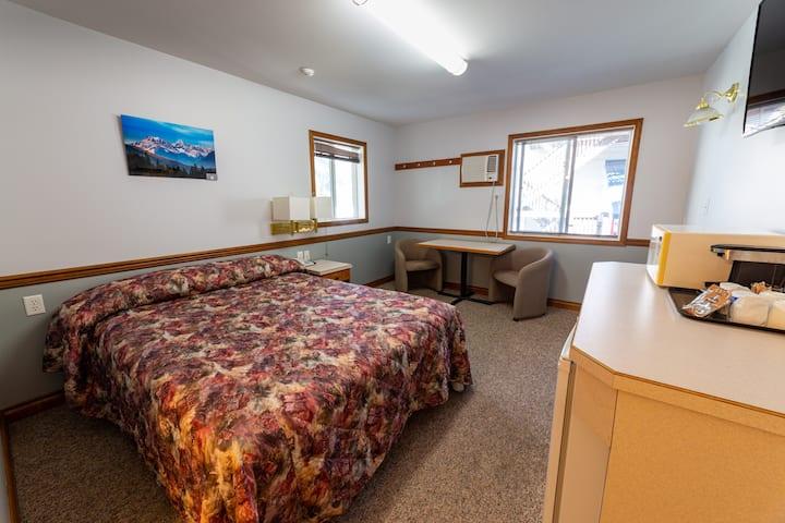 1 Queen Room at Peaks Lodge