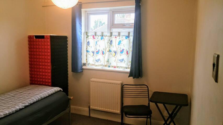 Quiet Double Bedroom-Maisonette Cul de sac