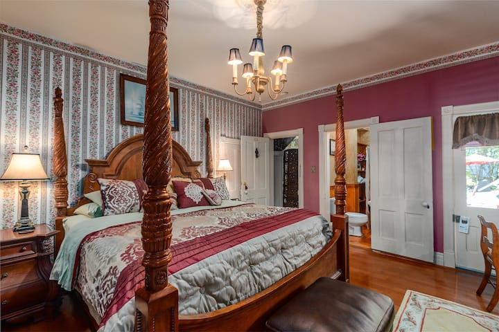 Bridgeford House - The Captain Bridgeford, Great Spring Street Location! King Bed, Fireplace, WiFi