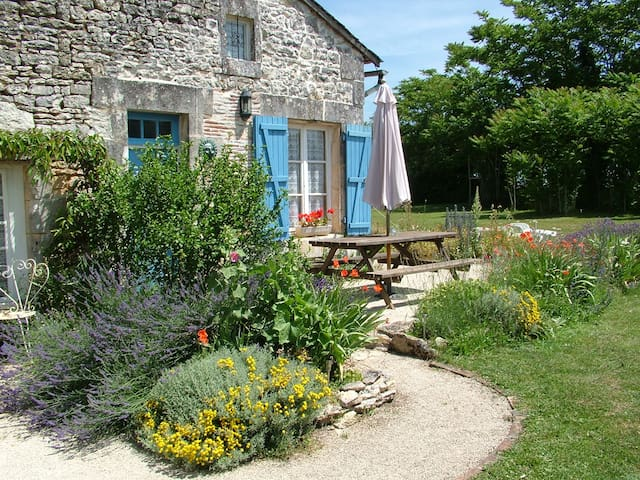Lovely Rustic Self Catering Cottage - Verteuil-sur-Charente - Hus