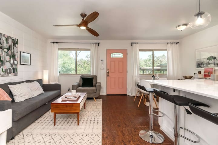 Stylish, Pet Friendly Condo in Travis Heights. Free WiFi, Communal Pool Mins to SoCo! Book Today!