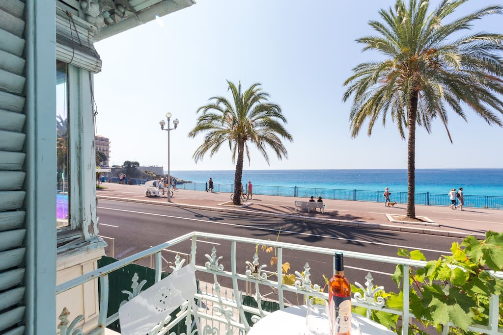 """View from balcony on the beack and on the """"promenade des Anglais""""   // Vue du balcon sur la plage et la promenade des Anglais"""