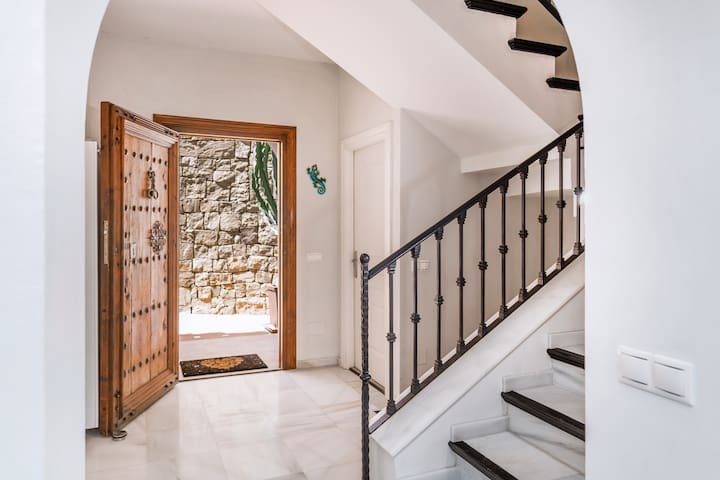 3/4 bed Family Villa with view, Marbella Hill Club