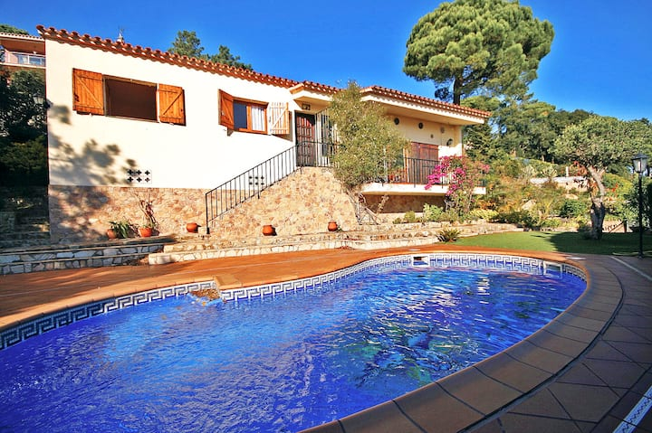 Charming villa with pool, near Cala Canyelles