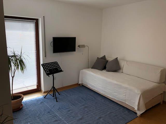 Die Sofaecke ist multifunktional; hier  befinden sich 2 Stapelbetten in voller Größe, die ganz einfach zum Schlafen als ein oder zwei Einzelbetten genutzt werden können.