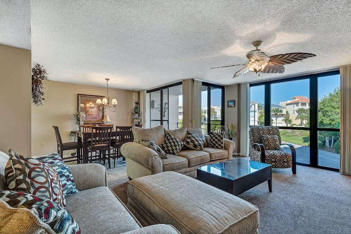 Gorgeous coastal condo in Destin! Basketball, volleyball courts on-site!
