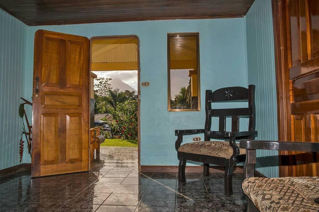 La sala  y corredor con vista al Volcan Arenal